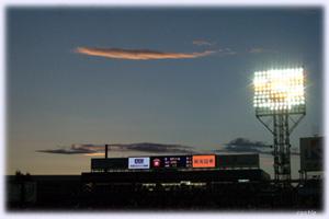 スタジアムに夕闇迫る