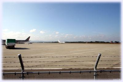 すぐ隣は空港の滑走路
