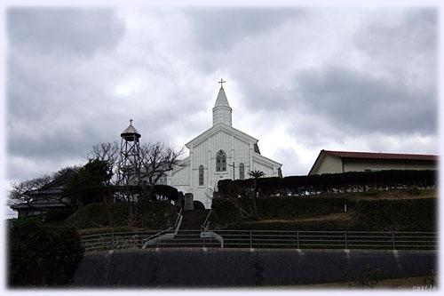 道路から見上げた水之浦教会
