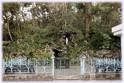 南仏の聖地ルルドの洞窟を模して造られた洞窟マリア像