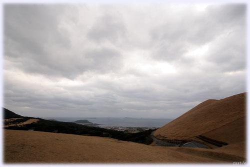鬼岳から鐙瀬溶岩海岸を望む