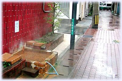 繁華街の温泉(足湯)