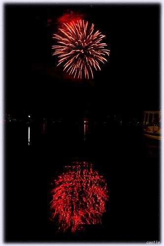 海に写る花火