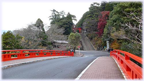 霧島神社、神橋から二の鳥居を望む
